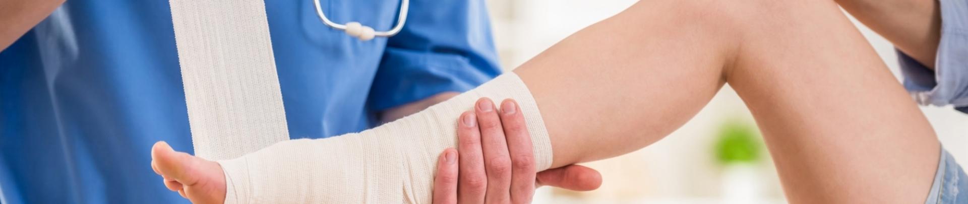 Dokter wikkeld een voet in het verband
